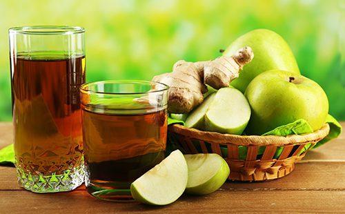 Стакан сока из яблок и имбиря