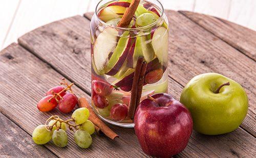 Яблоки и виноград на деревянном столе