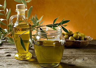 Оливковое масло в банке и бутылке