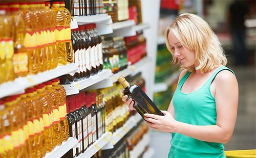 Женщина выбирает оливковое масло