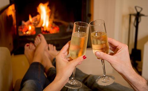 Молодая пара пьет шампанское