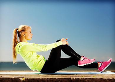 Женщина выполняет упражнения для живота