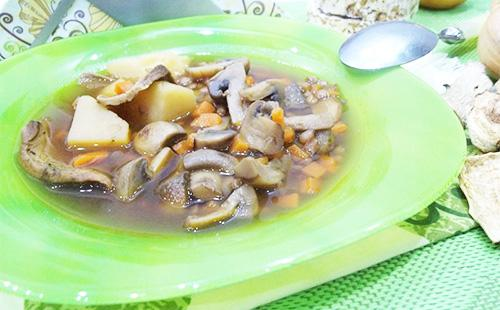 Грибной суп в зеленой тарелке