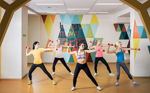 Женщины занимаются фитнесом в зале