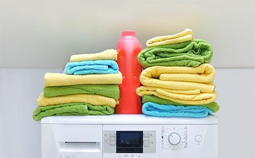Полотенца и жидкий порошок на машинке