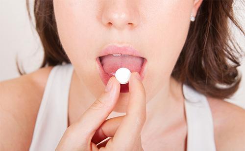 Прием лекарства женщиной