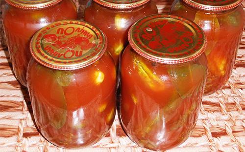 Банки с огурцами в томатном соусе в банках