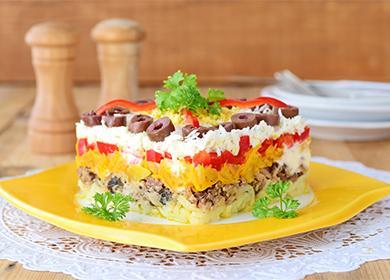 Салат с грибами и курицей слоеный