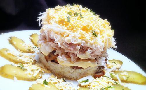 Салат с сыром, грибами и курицей