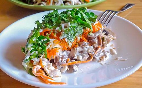 Салат с морковью, сыром, грибами и курицей