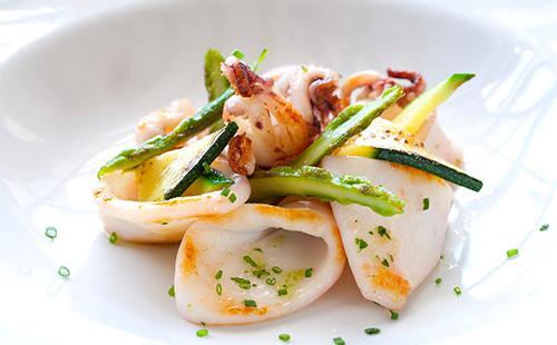 Салат с кальмарами красивый