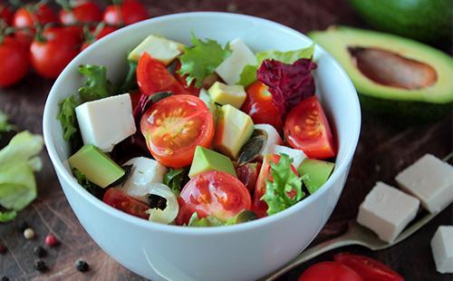 Салат из свежих овощей и авокадо