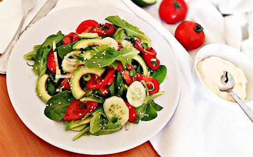 Салат с авокадо, зеленью и огурцами