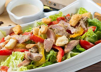 Красивый салат с копченой курицей
