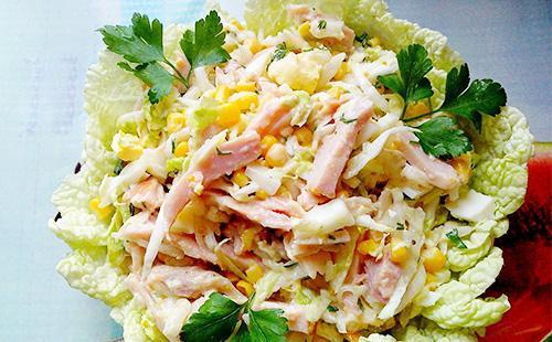 Салат с капустой и копченой курицей