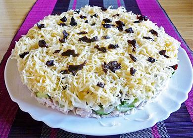 Слоеный салат на тарелке