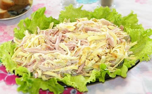 Салат с блинами и колбасой