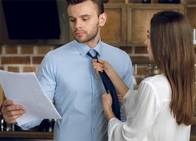 Женщина завязывает галстук мужу