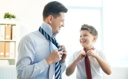 Сын с отцом завязывают галстуки