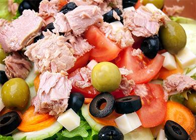 Салат с овощами и печени трески