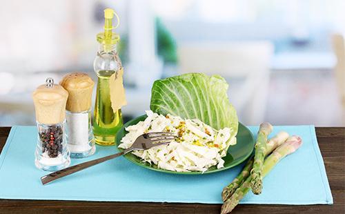 Салат из капусты в тарелке