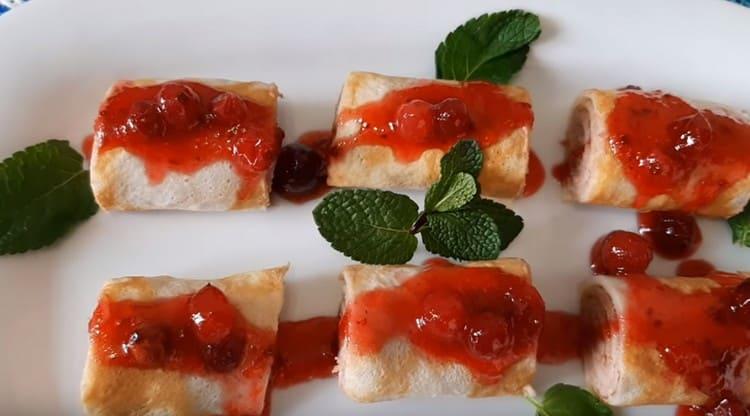 Печеночные блинчики с клюквенным соусом помогут вам приятно удивить гостей.