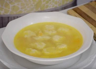 Ароматный куриный суп с сырно-чесночными клецками