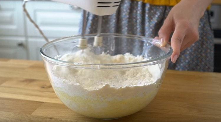 Миксером перемешиваем тесто, оно будет жидковатым.