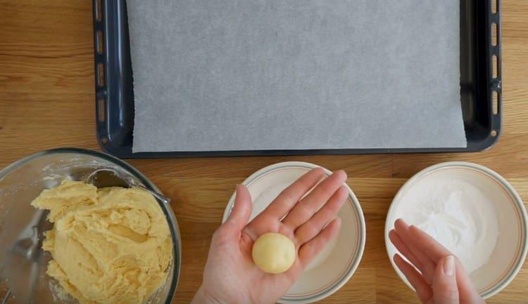Ложкой набираем тесто и руками скатываем его в шарик.