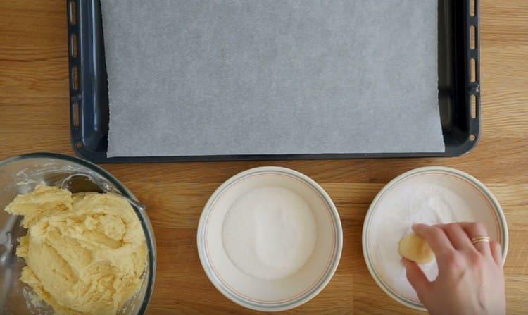 Сначала обваливаем шарик в сахаре, а потом в сахарной пудре.