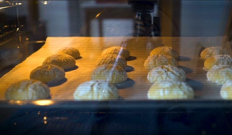 Отправляем печенье в разогретую духовку минут на 15.