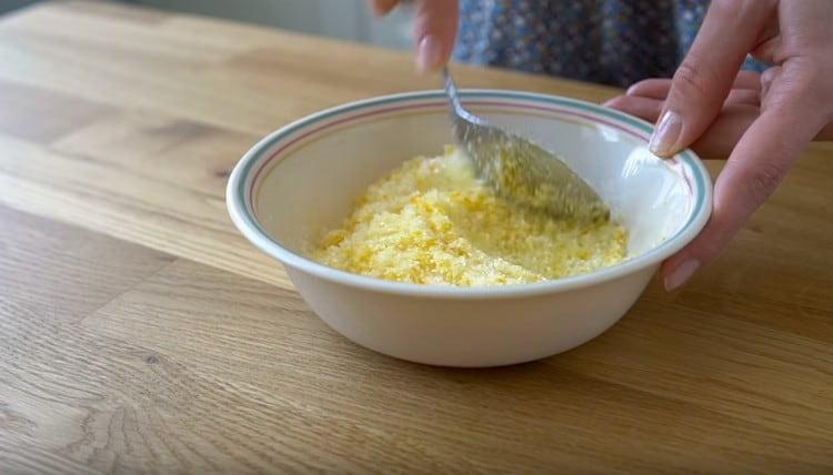 Тщательно перемешиваем апельсиновую цедру с сахаром.
