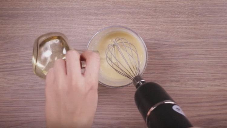 Перемешиваем тесто и добавляем растительное масло.