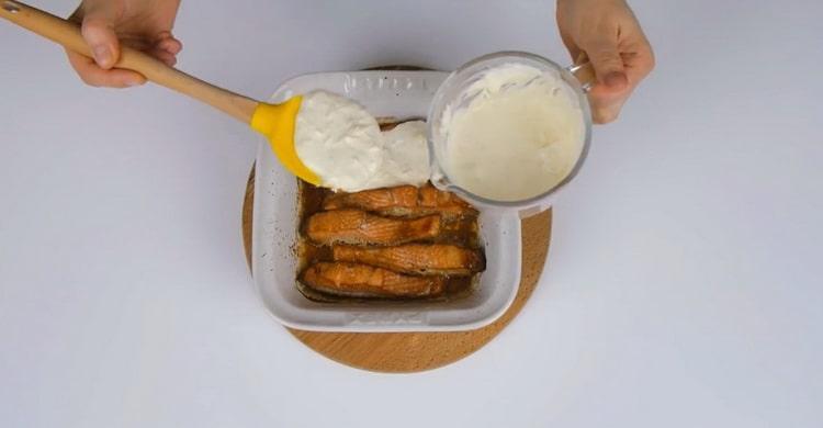 Для приготовления горбуши в духовке разогрейте духовку