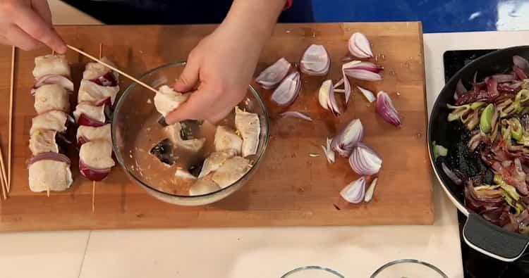 Для приготовления зубатки в духовке подготовьте шпажки