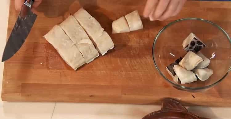 Для приготовления зубатки в духовке нарежьте рыбу