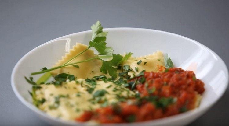 При подаче итальянские пельмени можно дополнить соусом.