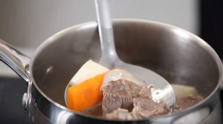 До готовности отвариваем говядину с овощами.