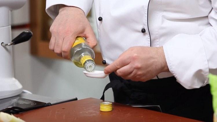В почти готовое тесто добавляем ложечку оливкового масла.