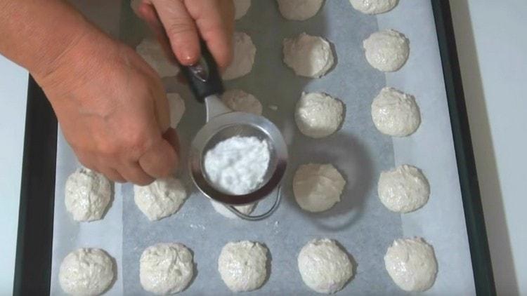 Каждое печенье присыпаем сахарной пудрой через ситечко.
