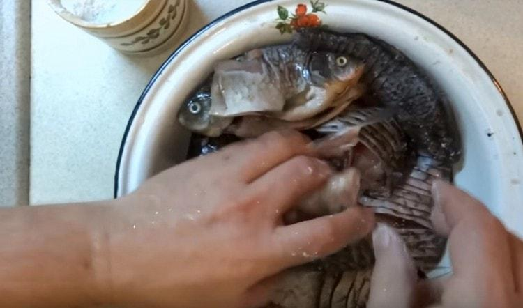 Складываем рыбу в миску и солим.