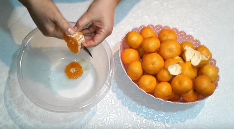 Мандарины чистим и режем на три кусочкам каждый.