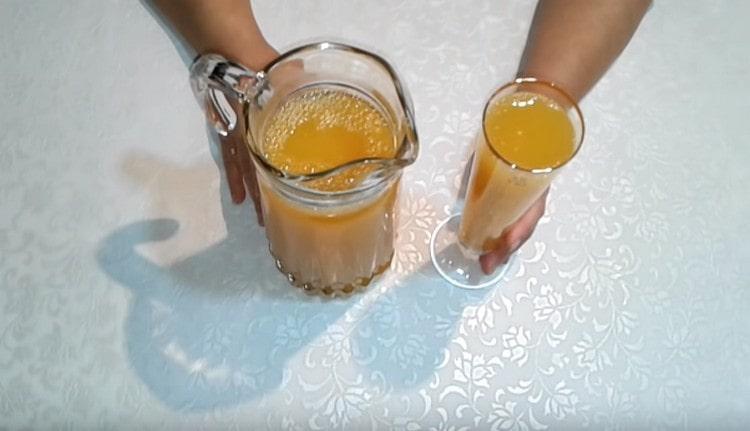 Компот из мандаринов подают охлажденным.