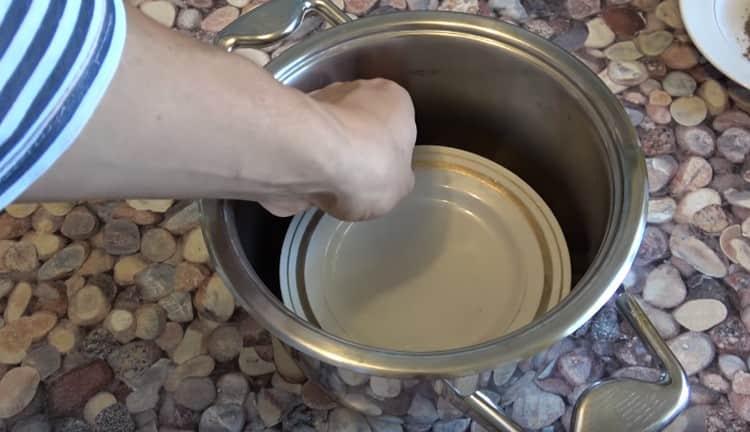 На камни устанавливаем тарелку, на которую будет стекать жир.