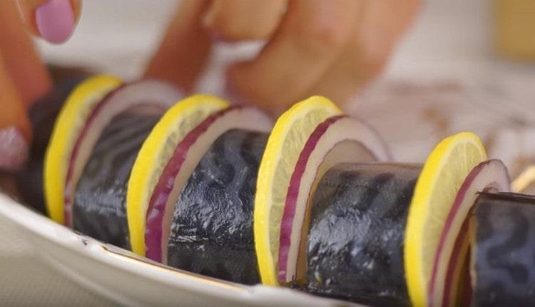 Маринованная скумбрия по такому рецепту получается очень вкусной.