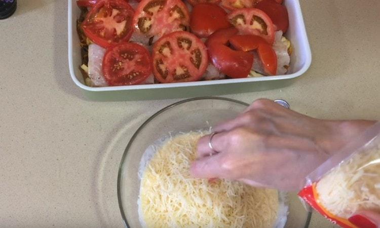 В сметанную заливку добавляем натертый на терке сыр.