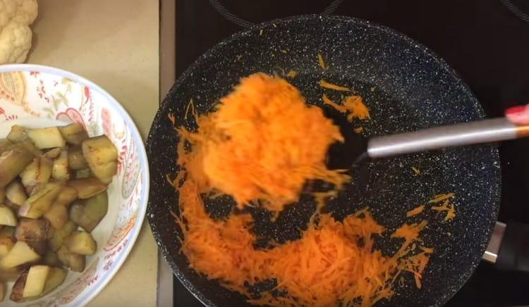 баклажан убираем со сковороды и обжариваем натертую на терке морковь.