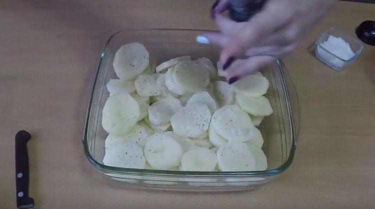 Солим и перчим картошку.