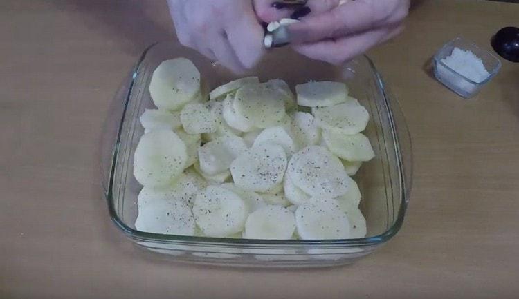Добавляем к картошке чеснок и оставляем промариноваться.