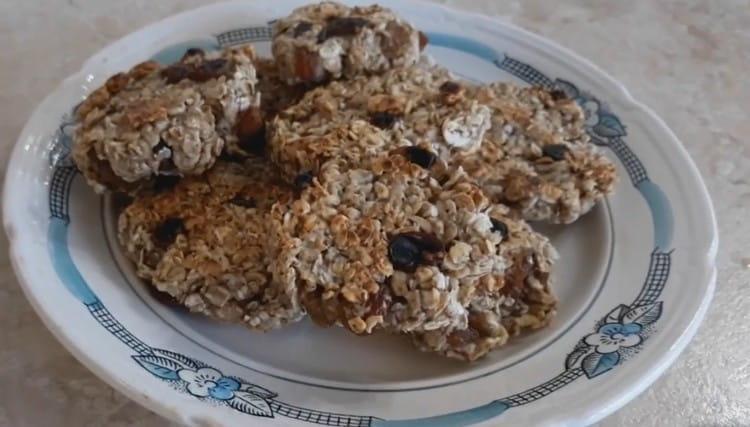 Такое овсяное печенье на сковороде можно приготовить, если срочно захотелось чего-то вкусного к чаю.